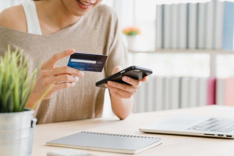 frau-smartphone-und-bankkarte-in-der-hand